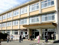 北庄内小学校の校舎と子どもたち