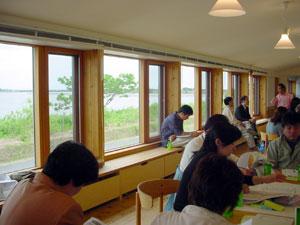 湖岸の緑が濃くなってきた浜名湖を背に、浜名湖を思う皆さんの熱心な討論が交わされました。