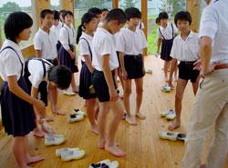 誰からともなく靴を脱ぎ始めた。上履きも靴下も脱いでハダシで床の感触を楽しむ。