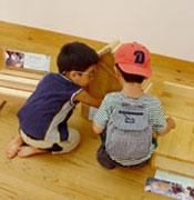 楽しい仕掛けの作品に興味津々な子どもたち。
