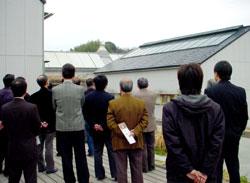 カフェテリアのデッキから事務棟やコリドールの屋根を眺める。