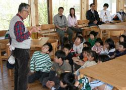 鈴木先生の説明を聞く参加者の皆さん。