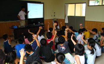 授業中、元気よく手を挙げる子どもたち。