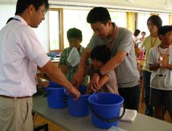 右手と左手を違う温度の水につけてみる。