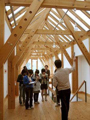 建築に木を使うことの目的や意義、効果について、先生自らが語ってくれました。
