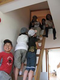 建物内を元気よく見学する子どもたち