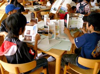 パンフレットを読む子どもたち