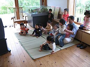 写真:ビデオ鑑賞を楽しむ子どもたち