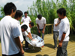 写真:ソーラークラッカーを体験する生徒さんたち