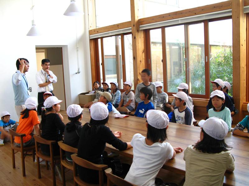 写真:室温を体感しながら説明を聞く児童たち