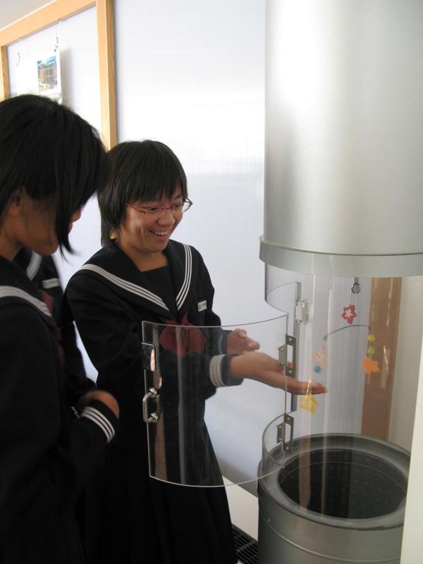 写真:OMソーラーの集熱空気を体感する生徒
