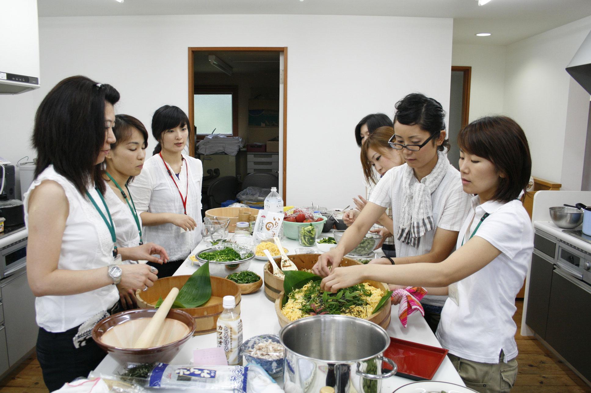 調理でてんやわんやの厨房組。