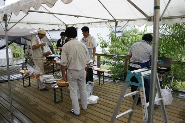 バーベキューの焼き組も準備に大忙し。