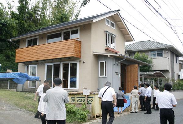 同じく、完成前の近隣のOMソーラーの家。