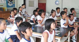 クイズの様子:固唾をのんで見守る児童たち