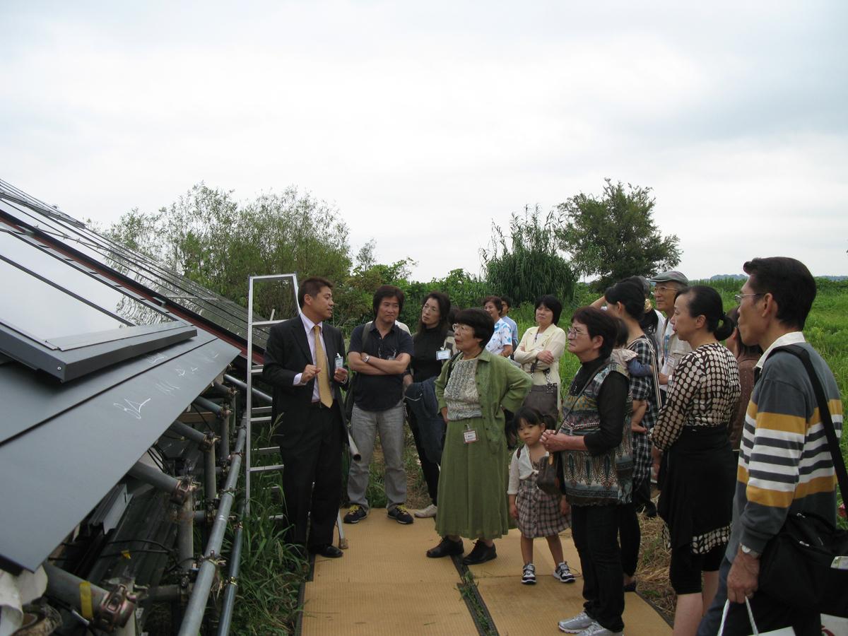 敷地内にある「太陽電池+OMソーラー」の施工モデルを見学。