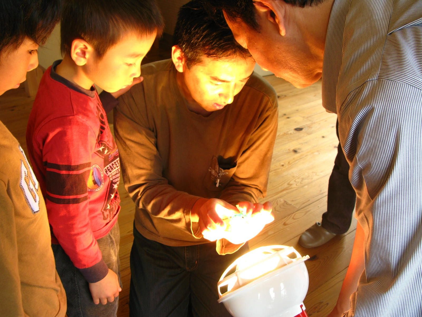 投光機を使ってソーラーカーやおもちゃの動きを確認。