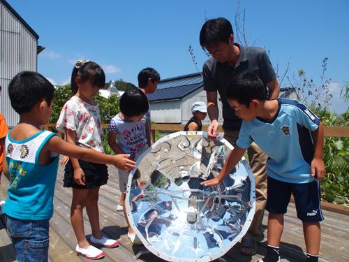 ソーラークッカーに触れる子どもたち